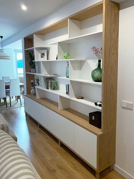 Vista lateral de mueble librería blanco con estructura de madera