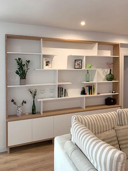 Librería lacada en blanco y bastidor en madera de roble